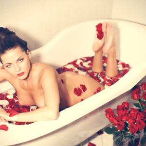 Поза для женской фотосессии от фотографа Натальи Новак. Лучшая поза для тех у кого комплексы на счет живота
